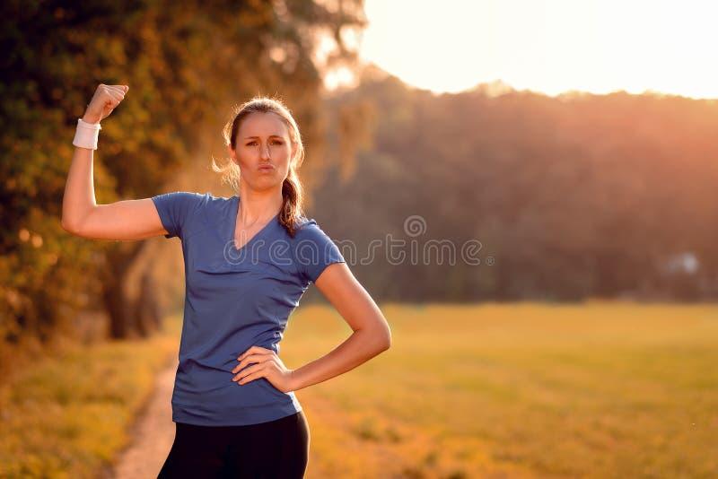 Karismatisk ung kvinna som pumpar hennes arm royaltyfria bilder