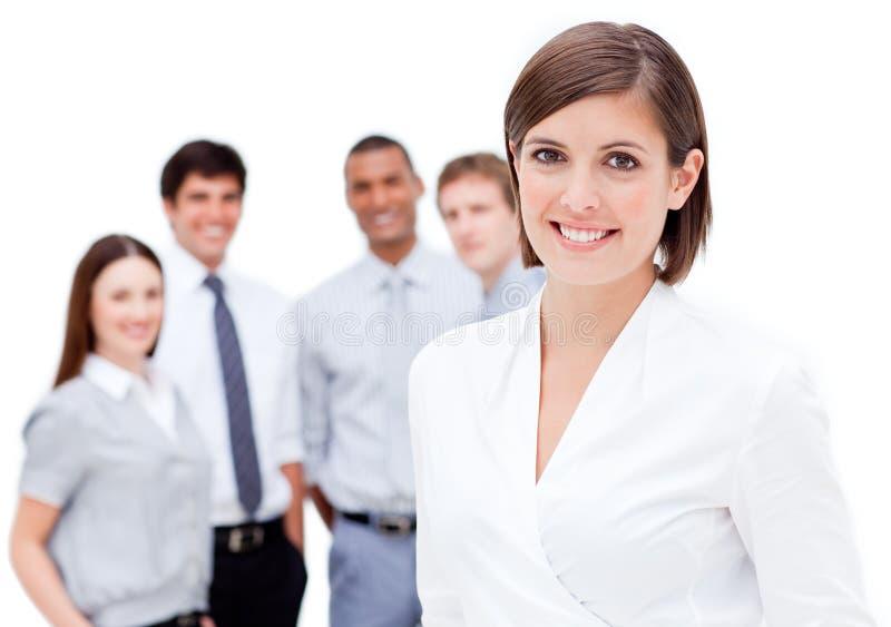 Karismatiska businesspeople som ler på kameran royaltyfria bilder