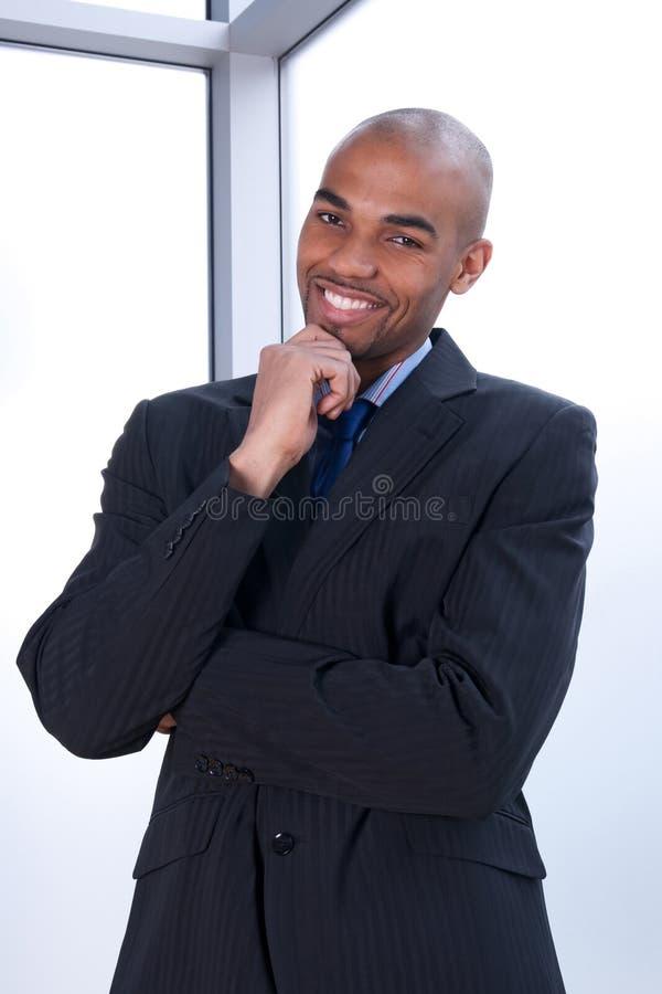 karismatiskt le för affärsman arkivbild