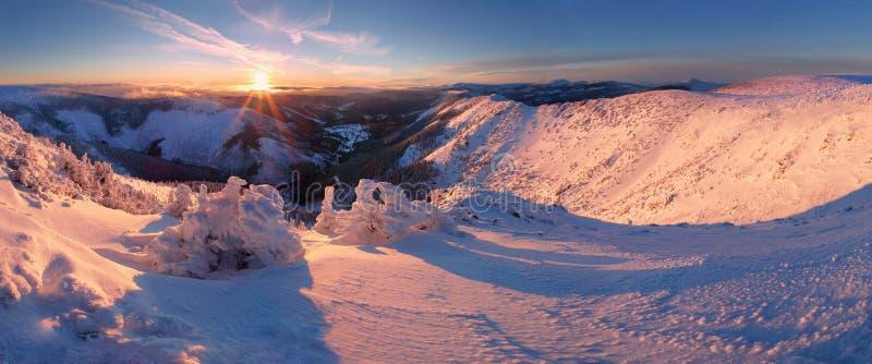 Ландшафт горы зимы с туманом в гигантских горах на польской и чехословакской границе - национальном парке Karkonosze стоковое изображение