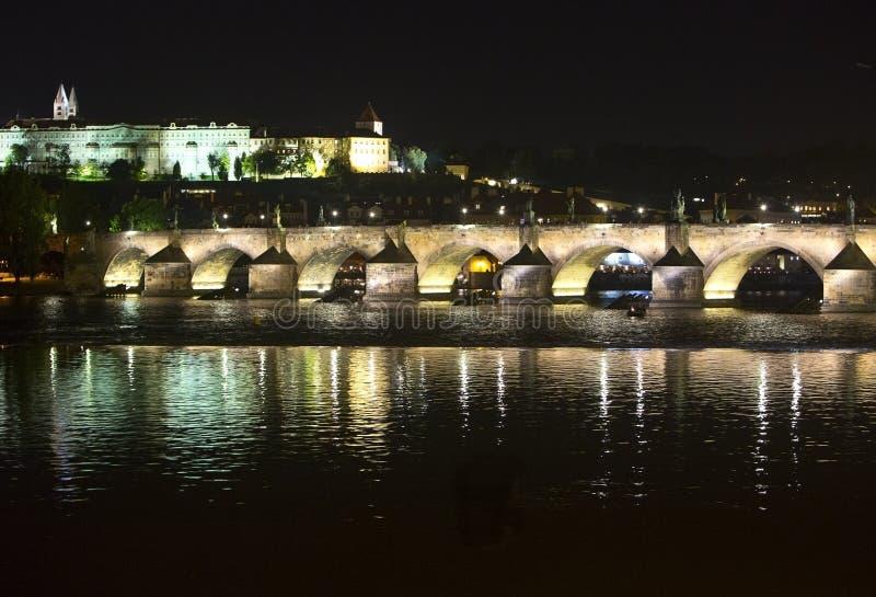 Karl Bridge på natten, Prague, Tjeckien royaltyfri foto