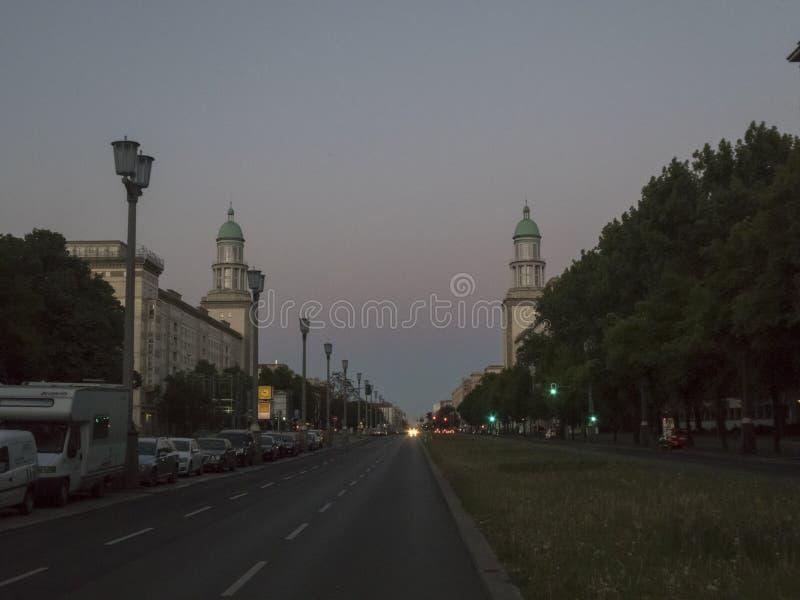 Karl - Marx-Allee och wienerkorvTor i Berlin, Tyskland arkivfoton