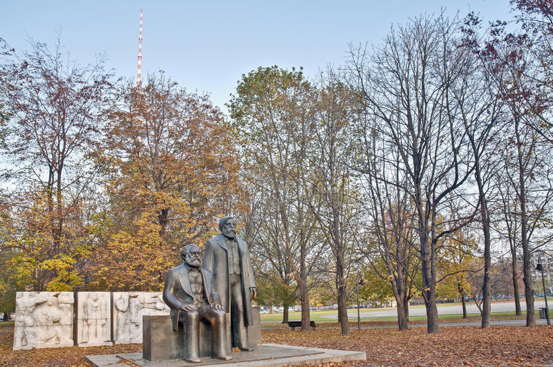 Karl Marx och Friedrich Engels i Berlin, Tyskland arkivfoto