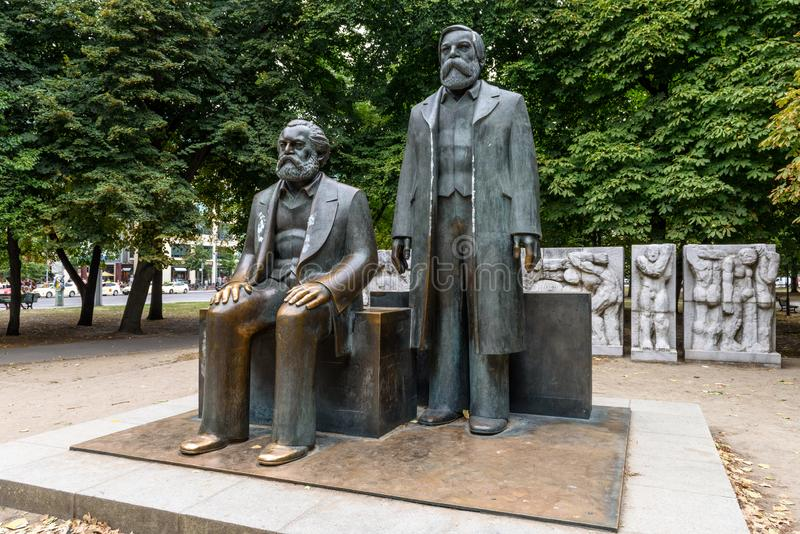 Karl Marx och Friedrich Engels monument i Berlin royaltyfria foton