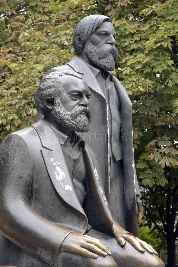Karl Marx och Friedrich Engels skulptur i Marx-Engelsen-Foru arkivbild