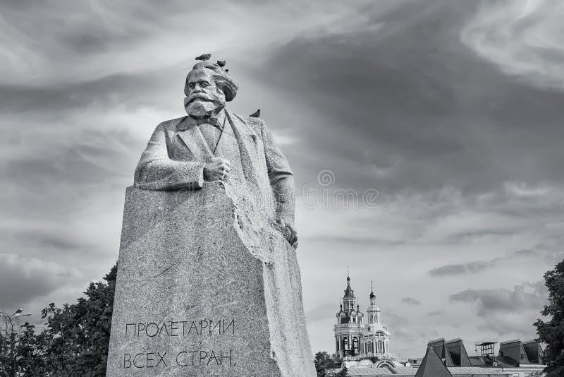 Karl Marx statua w Moskwa, Rosja z ptakami na nim zdjęcia stock