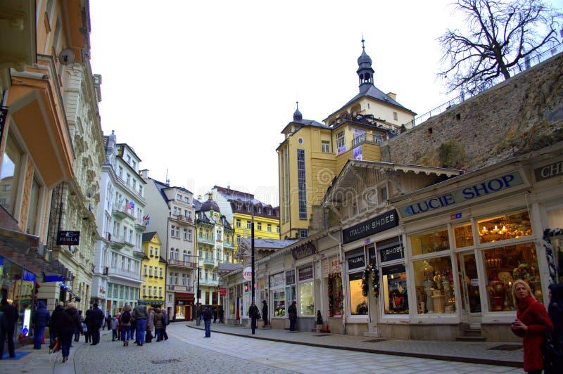 Karlovy меняет главную улицу стоковые изображения rf