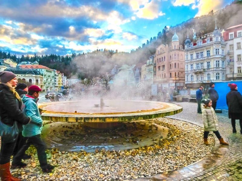 Karlovy меняет, республика Cszech - 1-ое января 2018: Фонтан с горячими источниками стоковые изображения rf