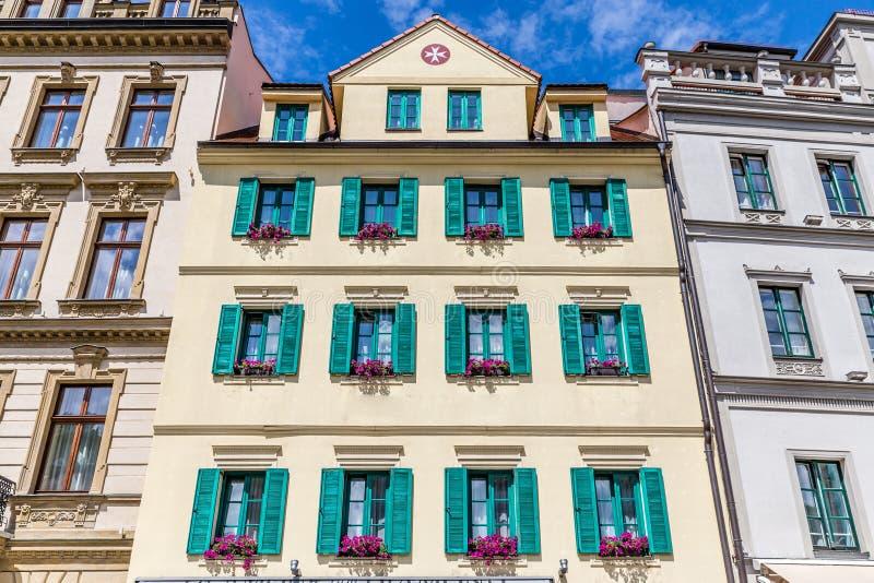 Karlovy меняет центр города Карлсбада, чехию стоковые изображения rf