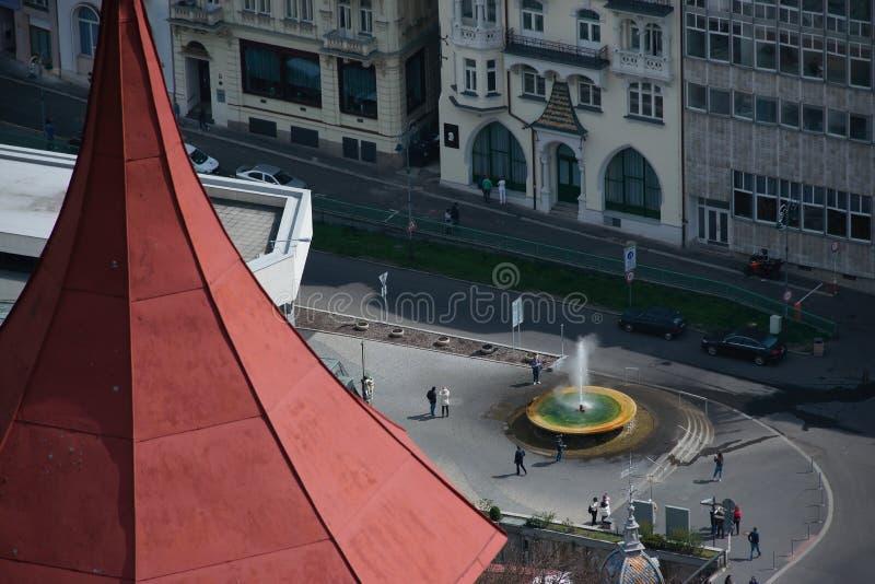 Karlovy меняет, чехия - 11-ое апреля 2019: Fontain Vridelni Фонтаны в центре города весны стоковая фотография