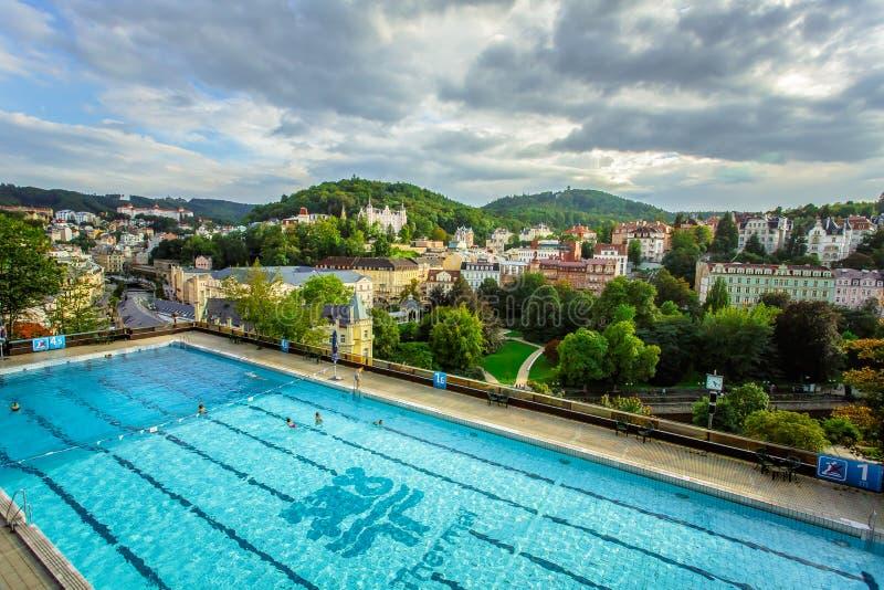 Karlovy varía, República Checa - 13 de septiembre de 2013: Encuesta al aire libre de la natación en el hotel termal imágenes de archivo libres de regalías