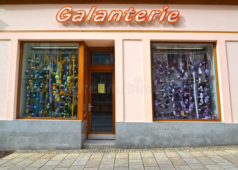 Karlovy varia, república checa Mostra-janela e sinal da loja de Galanterie ` Checo das miudezas do ` do texto imagem de stock
