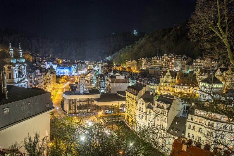 Karlovy varieert Nachtstad stock afbeelding