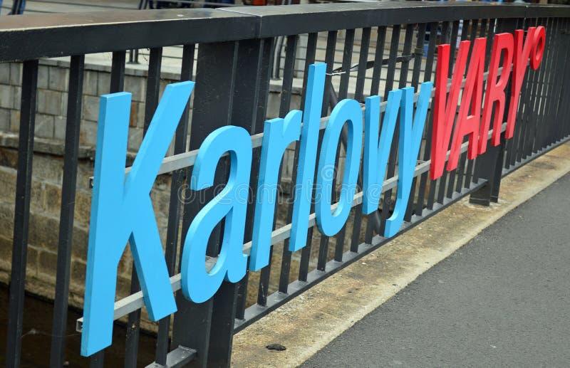 Karlovy varieert teken op brug over riviertepla stock foto's