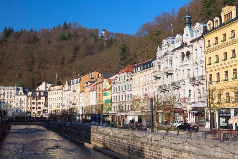 Karlovy varieert, Tsjechische Republiek - April, 2018: De huizen in stadscentrum van Karlovy variëren op de Tepla-rivier Karlovy  royalty-vrije stock afbeelding