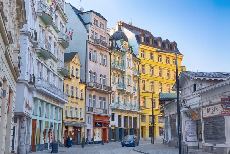Karlovy varieert, Tsjechische Republiek - April, 2018: De huizen in stadscentrum van Karlovy variëren tijdens zonsopgang Karlovy  stock afbeelding