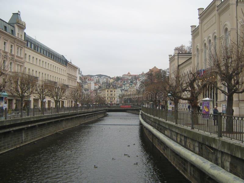 Karlovy varieert, Tsjechische Republiek, de dijk van de rivier Tepla royalty-vrije stock fotografie
