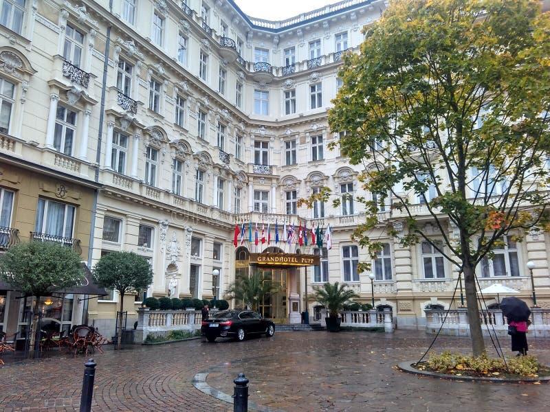 Karlovy varieert, Tsjechische Republiek - 14 Oktober, 2017, de centrale ingang van Pupp-Hotel royalty-vrije stock foto's