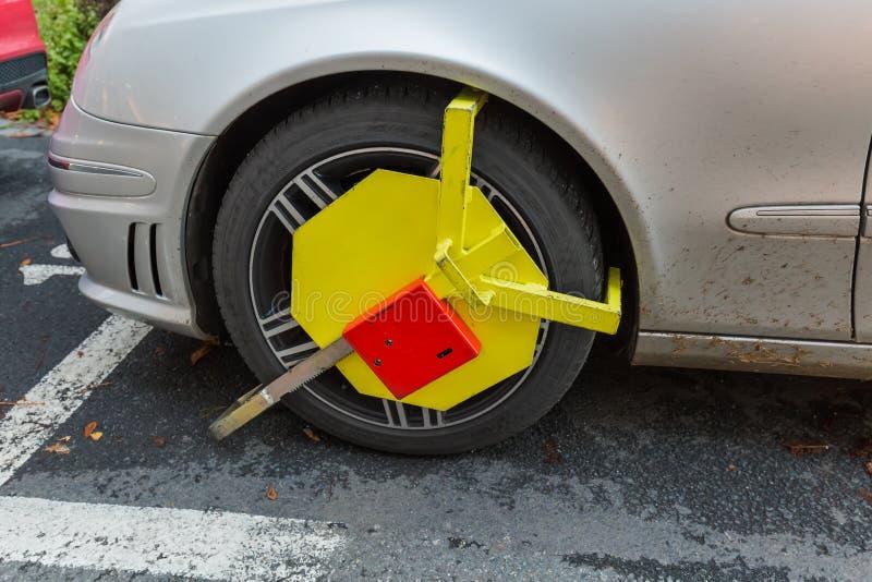 Karlovy Vary, République Tchèque - 30 octobre 2017 : La voiture était verrouillée images libres de droits