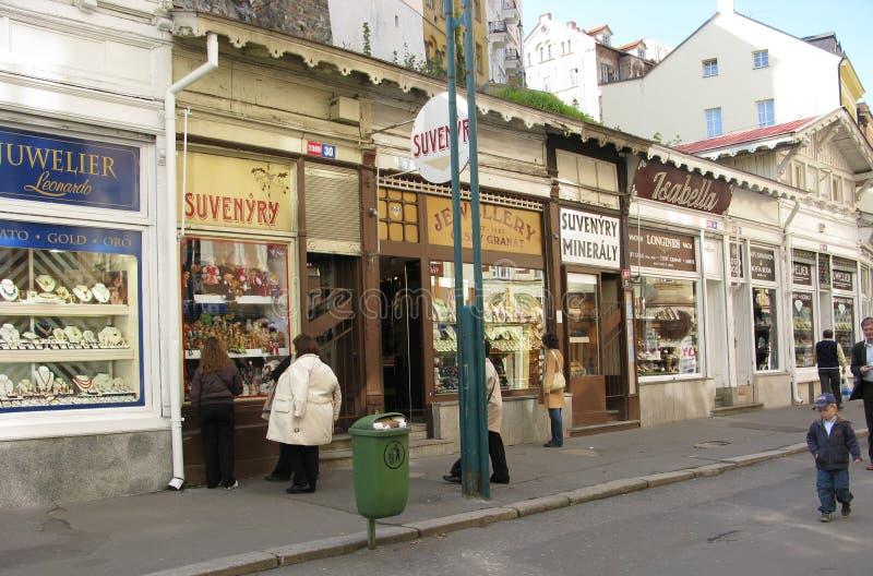 KARLOVY VARY, REPÚBLICA CHECA Tiendas de recuerdos en la calle de la ciudad imagen de archivo