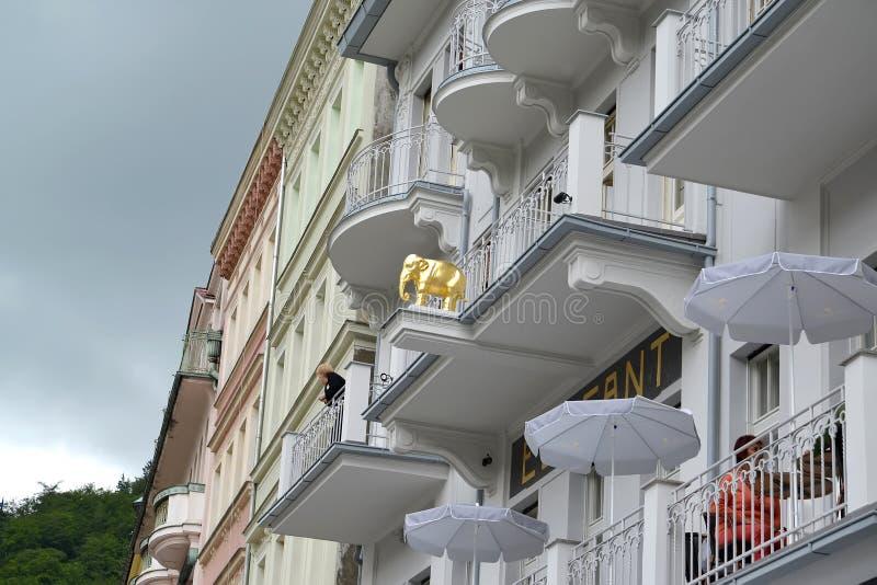KARLOVY VARY, REPÚBLICA CHECA Un fragmento de la fachada del Hotel Elefant es blanca imágenes de archivo libres de regalías