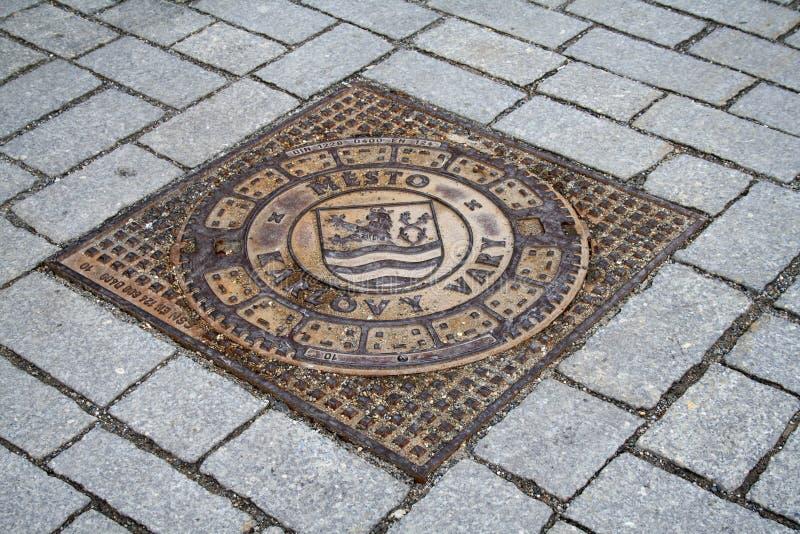 Karlovy Vary, Tschechische Republik, Metallkanaldeckel lizenzfreie stockfotografie
