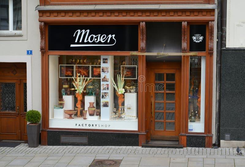KARLOVY VARY, TSJECHIË De façade van de Tsjechische glazen winkel Moser stock fotografie