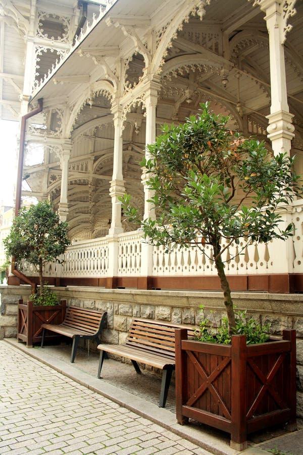 Karlovy Zmienia, republika czech - Wrzesień 25, 2014: Spoczynkowy miejsce drewnianą Targową kolumnadą obraz stock