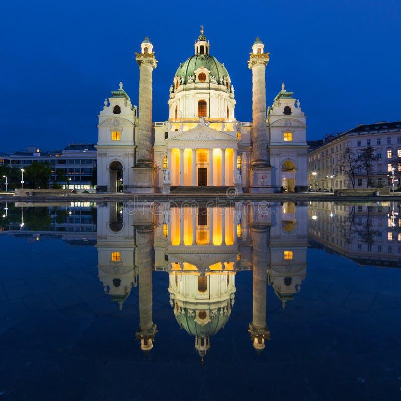 Karlskirchest Charles Kerk in nacht, Wenen stock foto