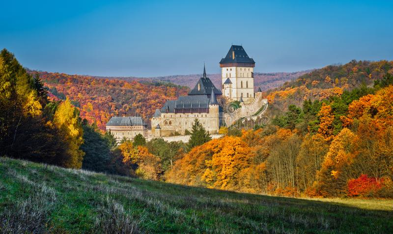 Karlstejn gotisch kasteel dichtbij Praag, het beroemdste kasteel in Tsjechische Republiek royalty-vrije stock fotografie