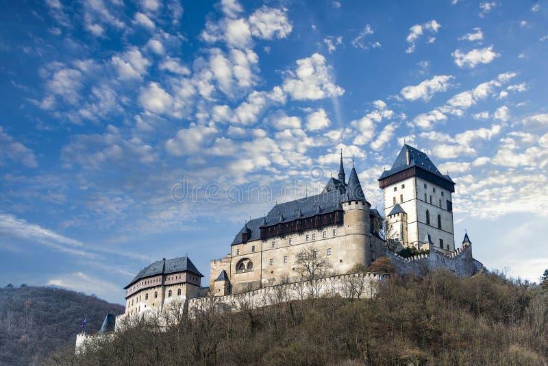 Karlstejn-Schloss im schönen Winter färbte Landschaft mit den Wolken stockbilder