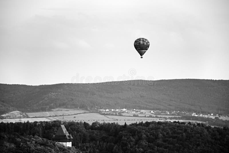 Karlstejn, Tschechische Republik - 7. August 2018: Fliegen baloon zwischen Wäldern mit Karlstejn-Schloss im Vordergrund während S lizenzfreie stockfotos