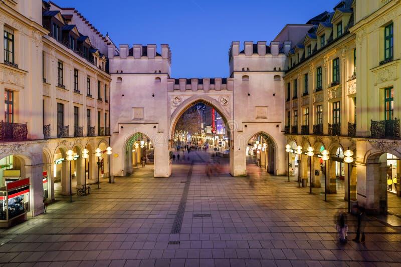 Karlstorpoort en Karlsplatz-Vierkant in de Avond, München royalty-vrije stock fotografie
