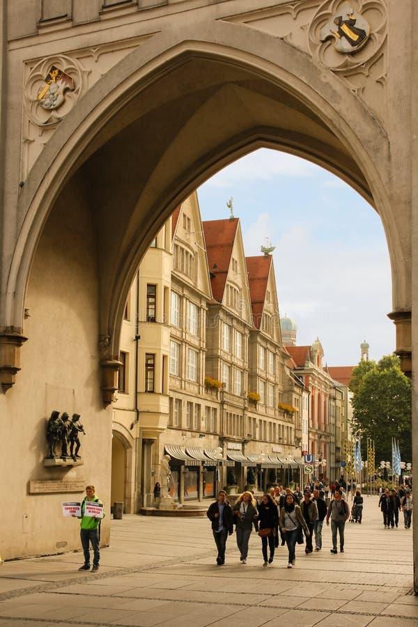 Karlstorpoort & oberpollinger. München. Duitsland stock afbeeldingen