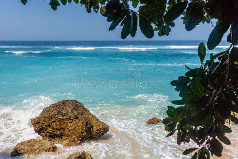 Karma Beach em Ungasan, Bali, Indonésia Água de turquesa, rochas, cenário do oceano imagens de stock