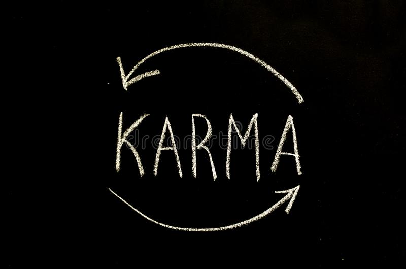Karma en pijlen op bord wordt geschreven dat stock foto