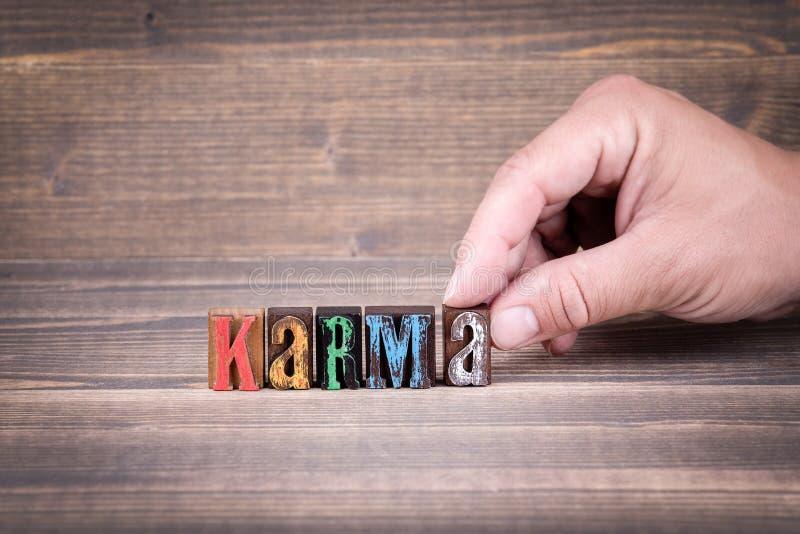 karma Letras de madera en el escritorio de oficina imagen de archivo