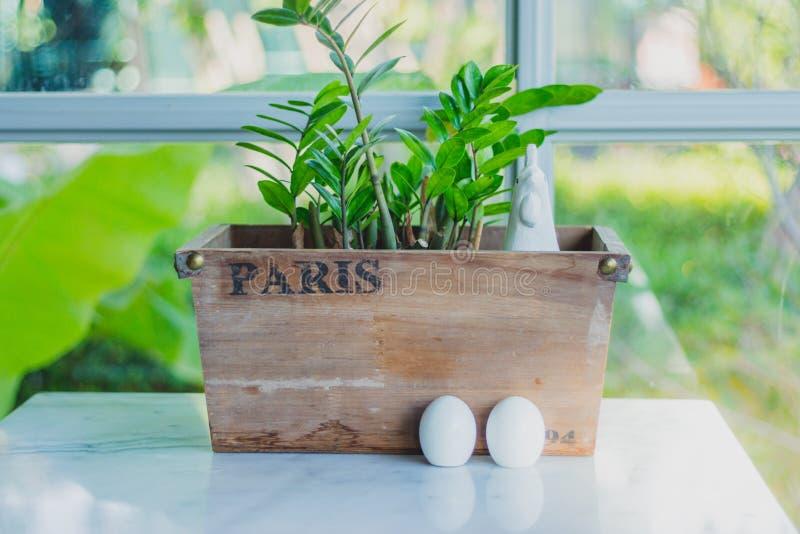 Karmazynka i jajka ceramiczny condiment Ustawia dekorować dla Wielkanocnego dnia zdjęcia stock