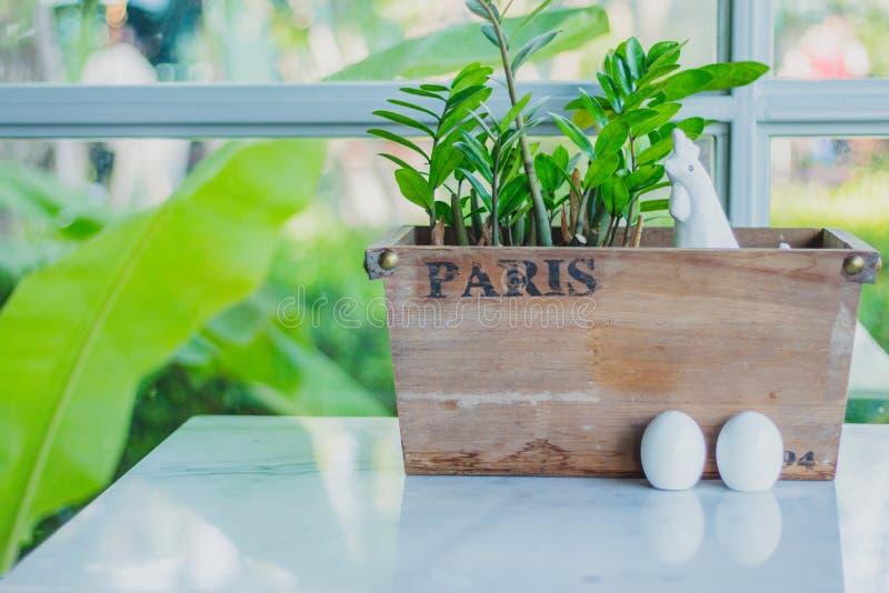 Karmazynka i jajka ceramiczny condiment Ustawia dekorować dla Wielkanocnego dnia fotografia royalty free