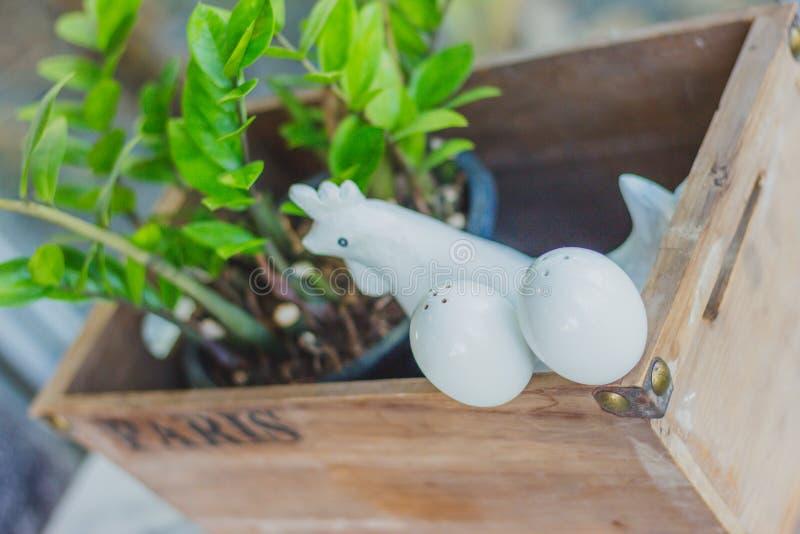 Karmazynka i jajka ceramiczny condiment Ustawia dekorować dla Wielkanocnego dnia obrazy royalty free