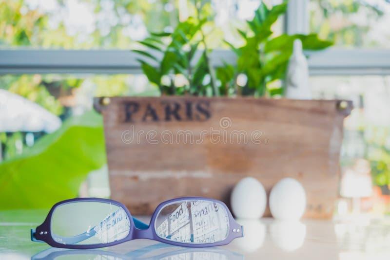Karmazynka i jajka ceramiczny condiment Ustawia dekorować dla Wielkanocnego dnia zdjęcie royalty free
