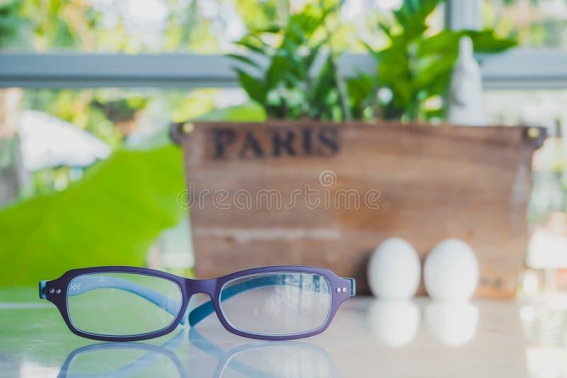 Karmazynka i jajka ceramiczny condiment Ustawia dekorować dla Wielkanocnego dnia obraz stock