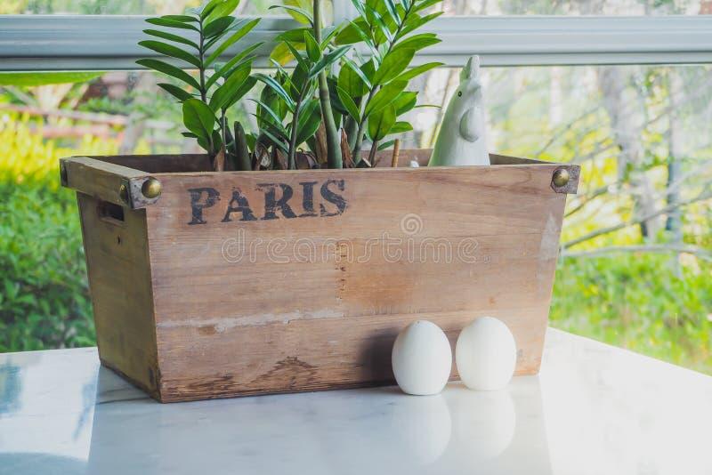 Karmazynka i jajka ceramiczny condiment Ustawia dekorować dla Wielkanocnego dnia obrazy stock
