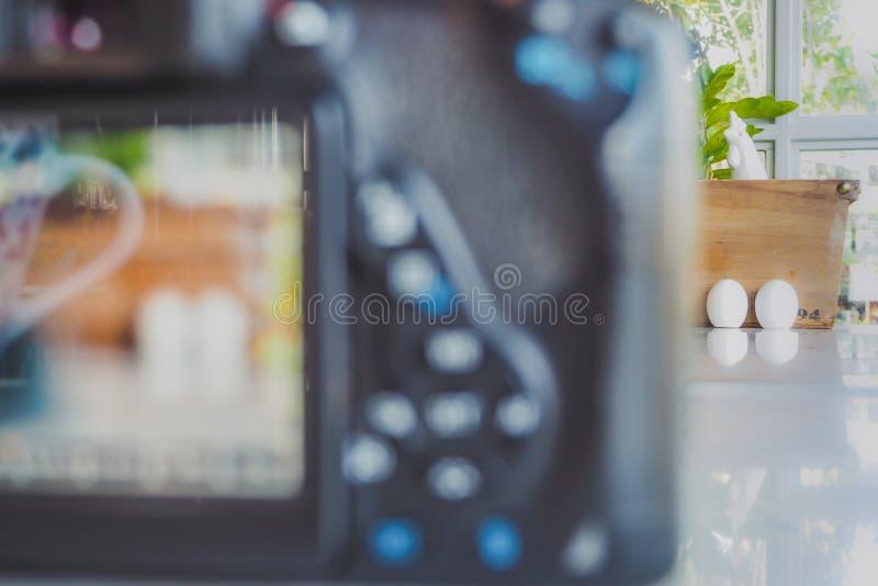 Karmazynka i jajka ceramiczny condiment Ustawia dekorować dla Wielkanocnego dnia zdjęcie stock