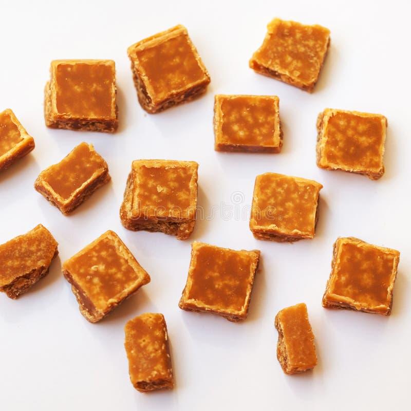 Karmel cukierki na brown tle Solony karmelu kawałek obrazy royalty free