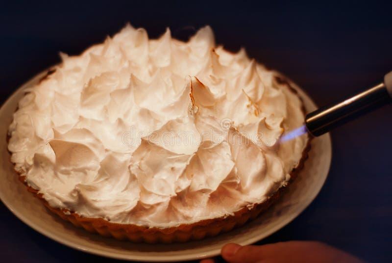 Karmelizujący bezy śmietankę z Kulinarnym ciosem Toch, Przygotowywający Domowej roboty cytryny bezy tort, kulebiak lub tarta fotografia stock