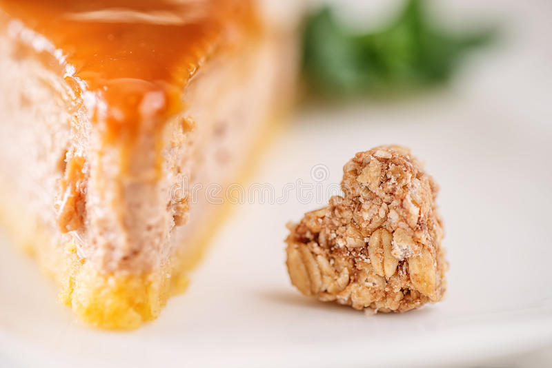 Karmelu lub toffee glutenu bezpłatny tort z migdałów kawałkami na wierzchołku, produkt fotografia dla patisserie obraz stock