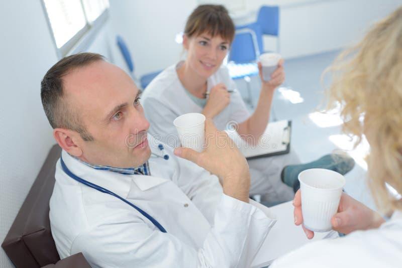 Karmiący personel ma kawową przerwę zdjęcia stock