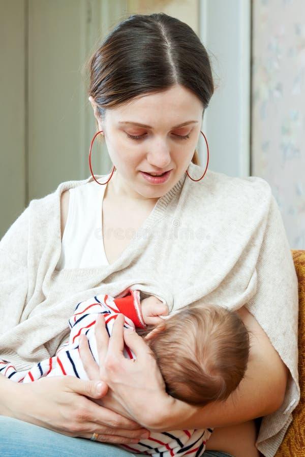 Karmiący trzymiesięczny dziecko zdjęcie stock