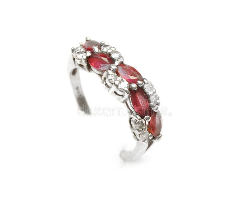 Karminroter Ring mit Diamanten stockbild